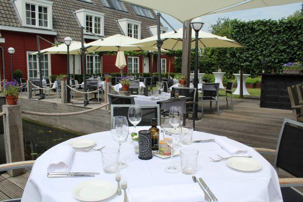 Terras aan het water Vinkeveen bij Restaurant de Lokeend